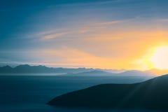 Salida del sol sobre el lago Titicaca en Bolivia Imagenes de archivo