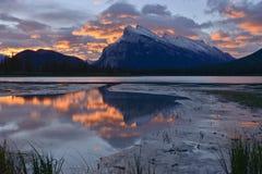 Salida del sol sobre el lago y el soporte bermellones Rundle Imágenes de archivo libres de regalías