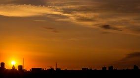 Salida del sol sobre el lapso de tiempo de la ciudad metrajes