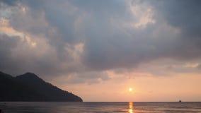 Salida del sol sobre el lapso de tiempo del mar y del cielo Turquía almacen de metraje de vídeo