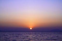 Salida del sol sobre el mar con el cielo crepuscular Foto de archivo libre de regalías