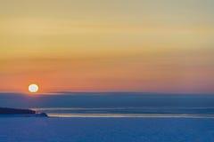 Salida del sol sobre el mar congelado foto de archivo