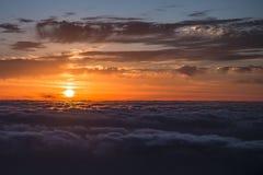 Salida del sol sobre el mar de nubes Fotografía de archivo libre de regalías