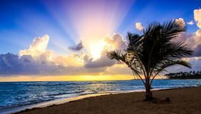 Salida del sol sobre el mar del Caribe Imagenes de archivo