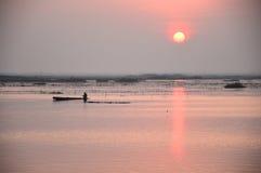Salida del sol sobre el mar del loto rosado, Tailandia Fotos de archivo libres de regalías