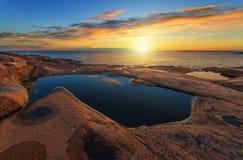 Salida del sol sobre el mar durante verano Imágenes de archivo libres de regalías