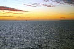 Salida del sol sobre el mar Estrecho de Oresund, cerca de Copenhague, Dinamarca foto de archivo