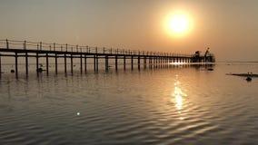 Salida del sol sobre el Mar Rojo en Egipto Camino soleado sobre el embarcadero almacen de metraje de vídeo