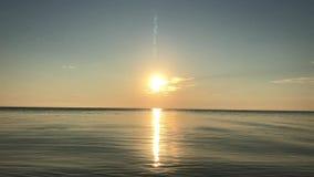Salida del sol sobre el mar almacen de metraje de vídeo