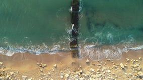 Salida del sol sobre el mar y la playa Baile de las olas oceánicas Opinión aérea del abejón almacen de metraje de vídeo