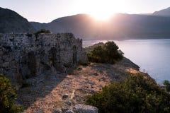 Salida del sol sobre el mar y las montañas Rocas y senery del agua Foto de archivo libre de regalías