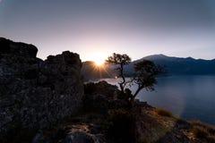 Salida del sol sobre el mar y las montañas Rocas y senery del agua Fotografía de archivo libre de regalías