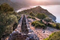 Salida del sol sobre el mar y las montañas Rocas y senery del agua Imágenes de archivo libres de regalías