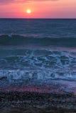 Salida del sol sobre el mar y las ondas Foto de archivo libre de regalías