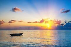 Salida del sol sobre el océano Foto de archivo