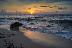 Salida del sol sobre el océano con las ondas de fractura Fotografía de archivo