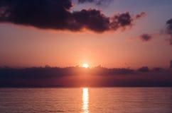 Salida del sol sobre el océano de Andaman Imágenes de archivo libres de regalías