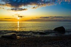 Salida del sol sobre el océano en la isla del ruegen Imágenes de archivo libres de regalías