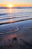 Salida del sol sobre el océano tranquilo Imagen de archivo libre de regalías
