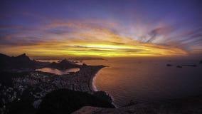 Salida del sol sobre el océano y la ciudad Fotografía de archivo libre de regalías