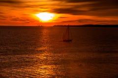 Salida del sol sobre el Océano Atlántico Foto de archivo libre de regalías