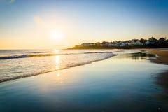 Salida del sol sobre el Océano Atlántico en York, Maine Imagen de archivo libre de regalías