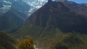 Salida del sol sobre el pico en la gama de Himalaya, Nepal metrajes