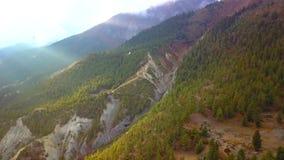 Salida del sol sobre el pico en la gama de Himalaya, Nepal almacen de video