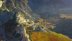 Salida del sol sobre el pico en la gama de Himalaya, Nepal almacen de metraje de vídeo