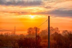 Salida del sol sobre el pueblo de Stanca en Rumania Imagen de archivo libre de regalías