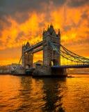 Salida del sol sobre el puente de la torre Fotos de archivo