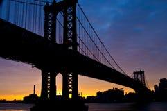 Salida del sol sobre el puente de Manhattan Fotos de archivo