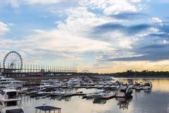 Salida del sol sobre el puerto de Montreal, Canadá imágenes de archivo libres de regalías