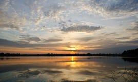 Salida del sol sobre el río Fotos de archivo libres de regalías
