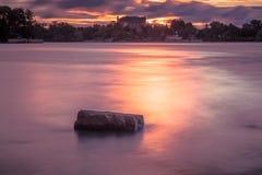Salida del sol sobre el río Imagen de archivo libre de regalías
