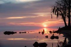 Salida del sol sobre el río cerca de la orilla Imagenes de archivo