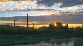 Salida del sol sobre el río con las nubes almacen de metraje de vídeo