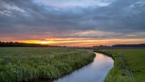 Salida del sol sobre el río de la tierra baja metrajes
