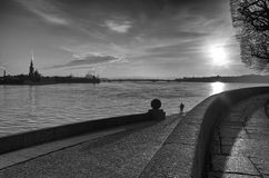 Salida del sol sobre el río de Neva en monocromo imagen de archivo libre de regalías