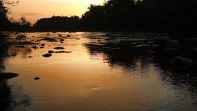 Salida del sol sobre el río en las montañas cárpatas almacen de metraje de vídeo