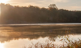 Salida del sol sobre el río en otoño Foto de archivo
