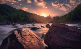Salida del sol sobre el río hermoso de la montaña imagen de archivo