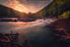 Salida del sol sobre el río rápido de la montaña Foto de archivo libre de regalías