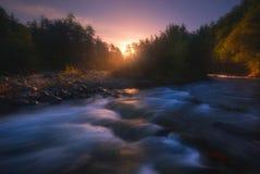 Salida del sol sobre el río rápido de la montaña fotografía de archivo libre de regalías