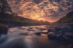 Salida del sol sobre el río rápido de la montaña imagen de archivo libre de regalías