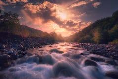 Salida del sol sobre el río rápido de la montaña fotografía de archivo