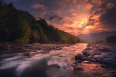 Salida del sol sobre el río rápido de la montaña imágenes de archivo libres de regalías
