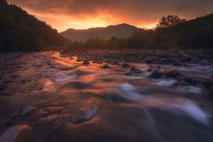 Salida del sol sobre el río rápido de la montaña Fotos de archivo libres de regalías