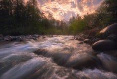 Salida del sol sobre el río rápido de la montaña fotos de archivo