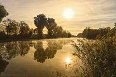 Salida del sol sobre el río Regnitz cerca de Bamberg, Baviera imagen de archivo libre de regalías